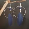 Créoles argentées bleu nuit plume lapis lazuli