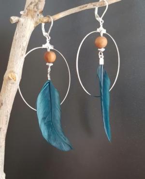 Créoles argentées bleu canard plume bois de santal